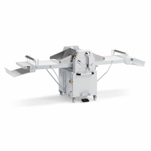 Teigausrollmaschine mit Geschwindigkeitsregler auf Unterbau mit Rädern